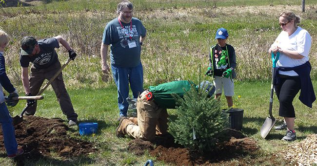 County Park residents   Planting trees   Lake Superior News